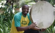 Habilidades. Além de tocar diversos instrumentos, Berg é capoeirista Foto: Pedro Teixeira