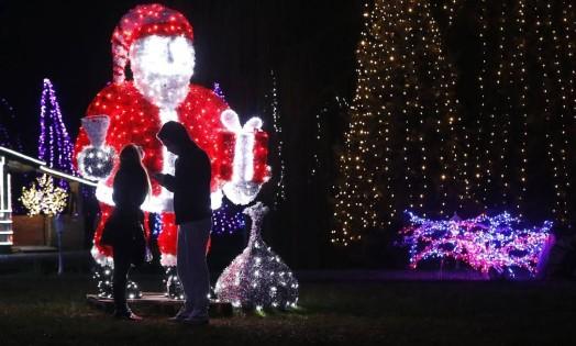 Um casal observa a decoração de Natal de uma casa, em Grabovnica, na Croácia Foto: ANTONIO BRONIC / REUTERS