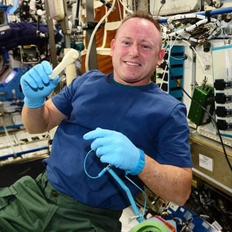 O comandante da Estação Espacial Internacional, Barry Wilmore, mostra a chave soquete impressa no espaço Foto: NASA