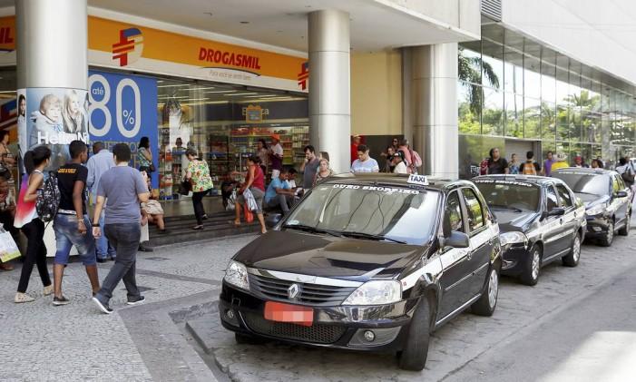No Plaza, a tarifa para pacotes é decidida na hora. Quem se recusa a pagar fica sem o transporte, porque todos cobram. Foto: Hudson Pontes / Agência O Globo