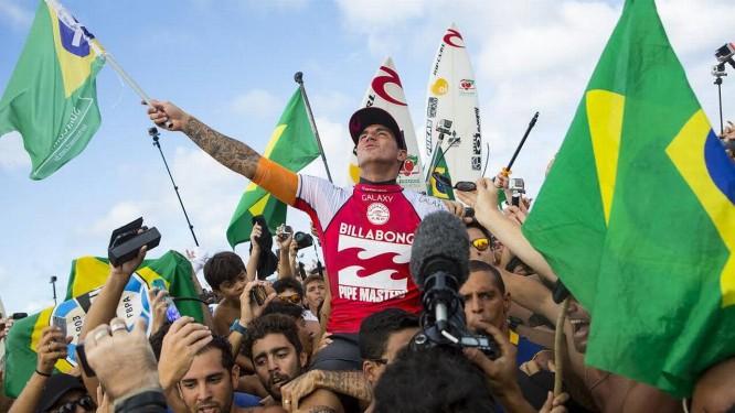 Medina exibe a bandeira do Brasil após a conquista histórica Foto: Divulgação / ASP