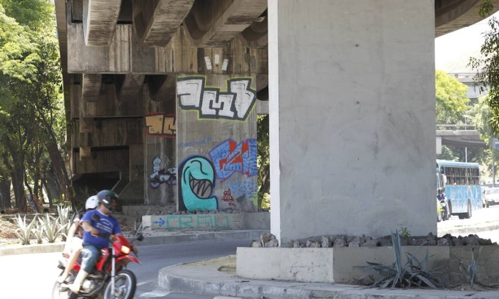 Pilastras com desenhos convivem agora com outras apagadas nos viadutos de Niterói Foto: Pedro Teixeira / O Globo
