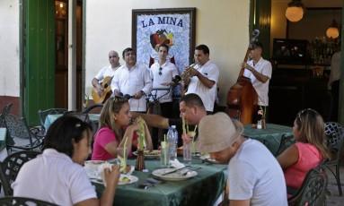 Mais intercâmbio? Músicos cubanos tocam num restaurante em Havana: dúvida sobre se será mais fácil para artistas de um país viajarem ao Foto: ENRIQUE DE LA OSA / REUTERS/18-12-2014