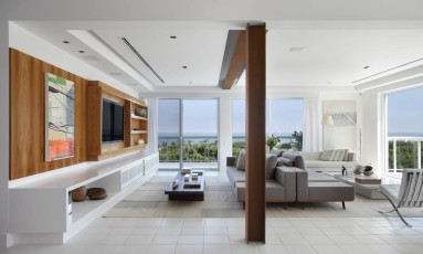 A coluna de aço corten, que sustenta a piscina, tornou-se peça importante na decoração do living Foto: divulgaçao