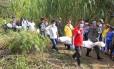 Policiais e moradores ajudam a retirar os cinco corpos de soldados mortos pelas Farc em Santander de Quilichao
