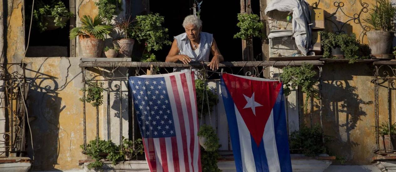 Em Havana, Javier Yanez pendurou em sua varanda uma bandeira dos Estados Unidos e de Cuba Foto: Ramon Espinosa / AP