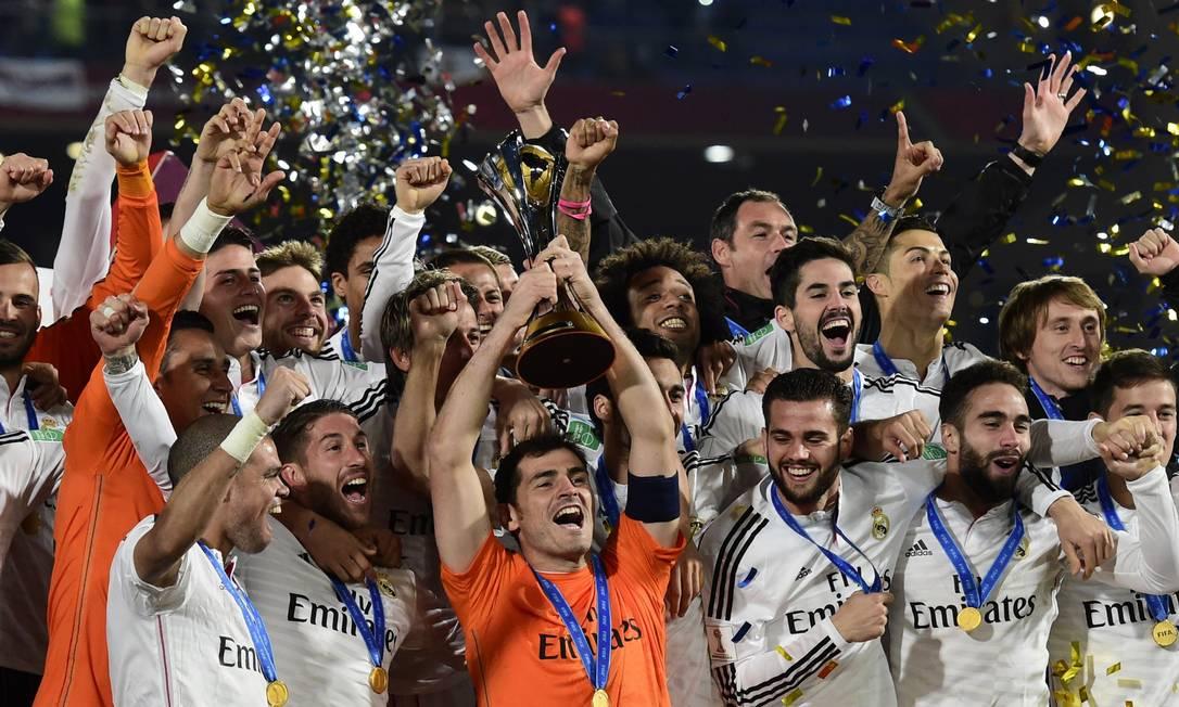 O capitão do Real Madrid, Casillas, ergue o trofeu de campeão mundial de clubes no Marrocos. Clube merengue se iguala ao Milan como maior ganhador do troféu: quatro vezes Foto: JAVIER SORIANO / AFP
