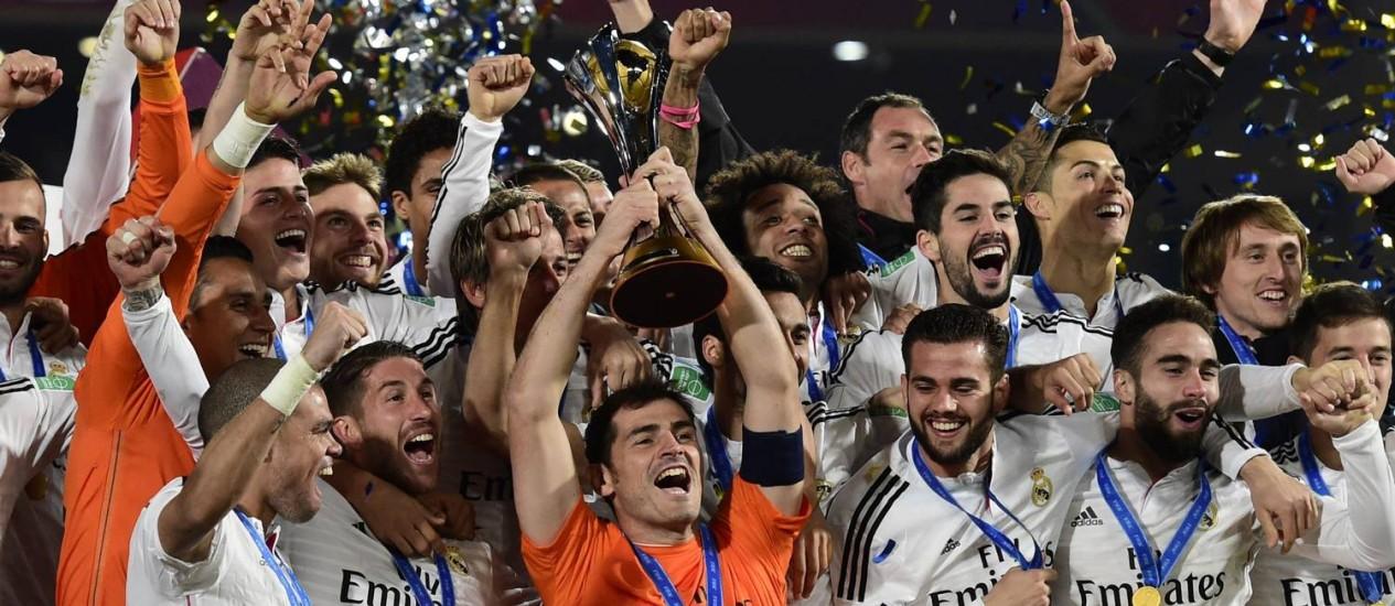 O capitão do Real Madrid, Casillas, ergue a taça de campeão mundial de clubes no Marrocos. Clube merengue se iguala ao Milan como maior ganhador do troféu: quatro vezes Foto: JAVIER SORIANO / AFP