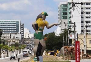 """Em Itaboraí, boneco de posto de combustível a Petrobras parece """"apontar"""" para prédios recém-construídos e ainda não vendidos. Preços dos imóveis estão caindo até 40% na cidade Foto: ANTONIO SCORZA / Fotos de Antonio Scorza"""