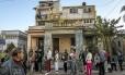 Espera. Cubanos fazem fila para obter vistos de turista para os EUA: Washington espera que reaproximação faça países latino-americanos se engajarem em abertura da ilha