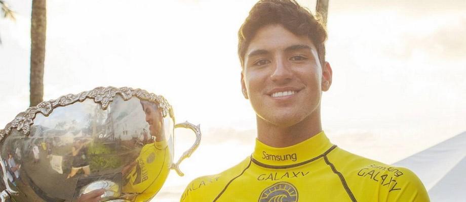Gabriel Medina com o trofeu de campeão mundial de surfe, conquista inédita para o esporte brasileiro Foto: Kirstin Scholtz / Divulgação ASP