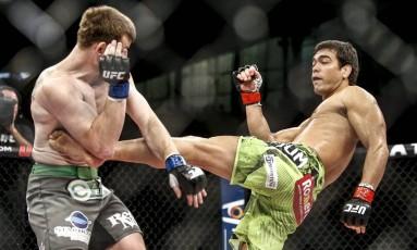 A bomba de canhota de Lyoto Machida que tirou o ar de CB Dollaway e encurtou a luta Foto: Wander Roberto / Inovafoto/UFC