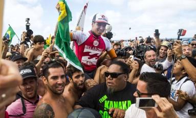 Fãs e amigos carregam Medina após o histórico título no Havaí Foto: Kent Nishimura / AFP