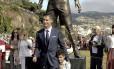 Cristiano Ronaldo posa com o filho em frente à estátua em sua homenagem na Ilha da Madeira