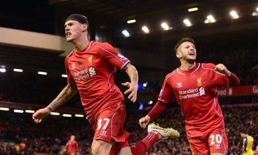 O zagueiro eslovaco Skrtel, à esquerda, comemora o gol de empate do Liverpool Foto: PAUL ELLIS / AFP