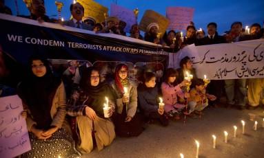 Em Islamabad, manifestantes acendem velas em protesto contra o terrorismo, seis dias após atentado em escola Foto: B.K. Bangash / AP