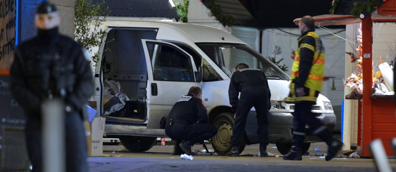 Policiais da unidade antibombas inspecionam o veículo jogado contra pedestres na cidade francesa de Nantes Foto: GEORGES GOBET / AFP