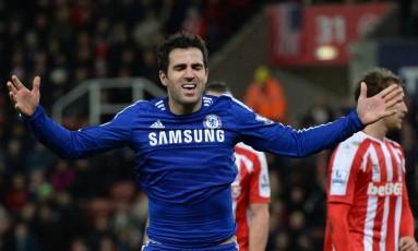 O espanhol Fàbregas comemora o segundo gol do Chelsea Foto: OLI SCARFF / AFP