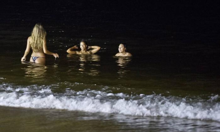 Resultado de imagem para praia arpoador a noite