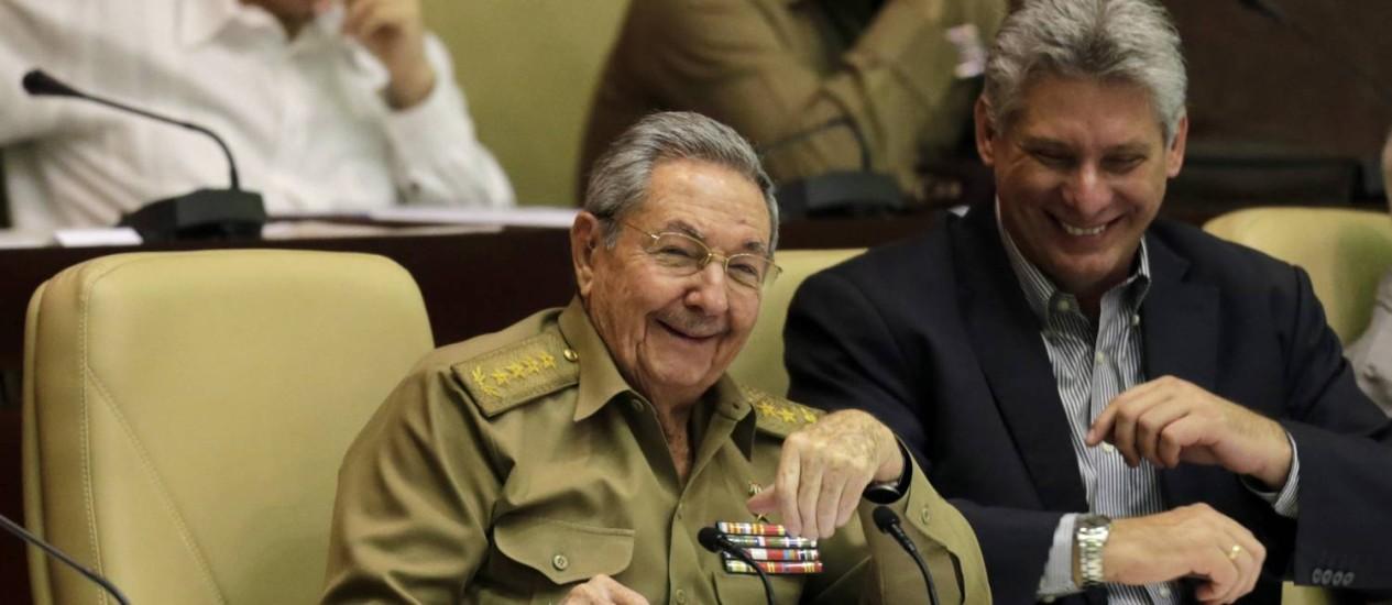 Raúl Castro e o vice-presidente Miguel Diaz Canel na sessão anual da Assembleia Nacional: novas gerações se incorporam lentamente Foto: Ismael Francisco / AP