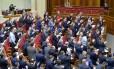 Parlamentares ucranianos comemoram aprovação da lei que retirou do país o status de Estado não-alinhado. Medida é apontada como passo rumo a ingresso na Otan