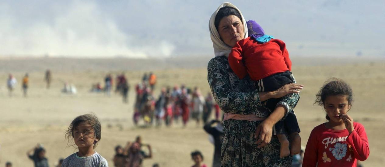 Yazidis fogem de Sinjar. Mulheres e meninas da minoria étnica foram capturadas pelo Estado Islâmico e transformadas em escravas sexuais Foto: REUTERS
