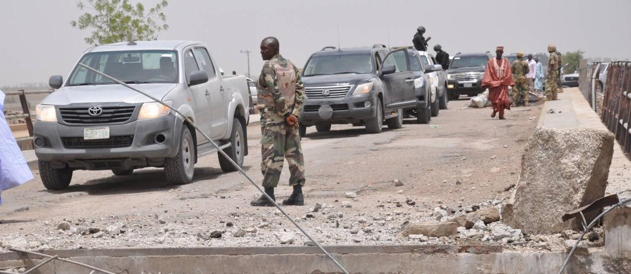 Soldados inspecionam a fronteira entre Nigéria e Camarões. Grupo jihadista nigeriano Boko Haram teve campo de treinamento destruído na república vizinha Foto: Jossy Ola / AP