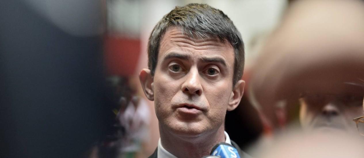 """Manuel Valls, durante visita a hospital em Nantes. Primeiro-ministro reconheceu ameaça terrorista enfrentada pela França, mas pediu que população """"viva de maneira normal"""" Foto: GEORGES GOBET / AFP"""
