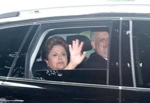 Presidente Dilma Roussef ao lado do então ministro de Relações Institucionais Ricardo Berzoini Foto: ANDRE COELHO / Agência O Globo