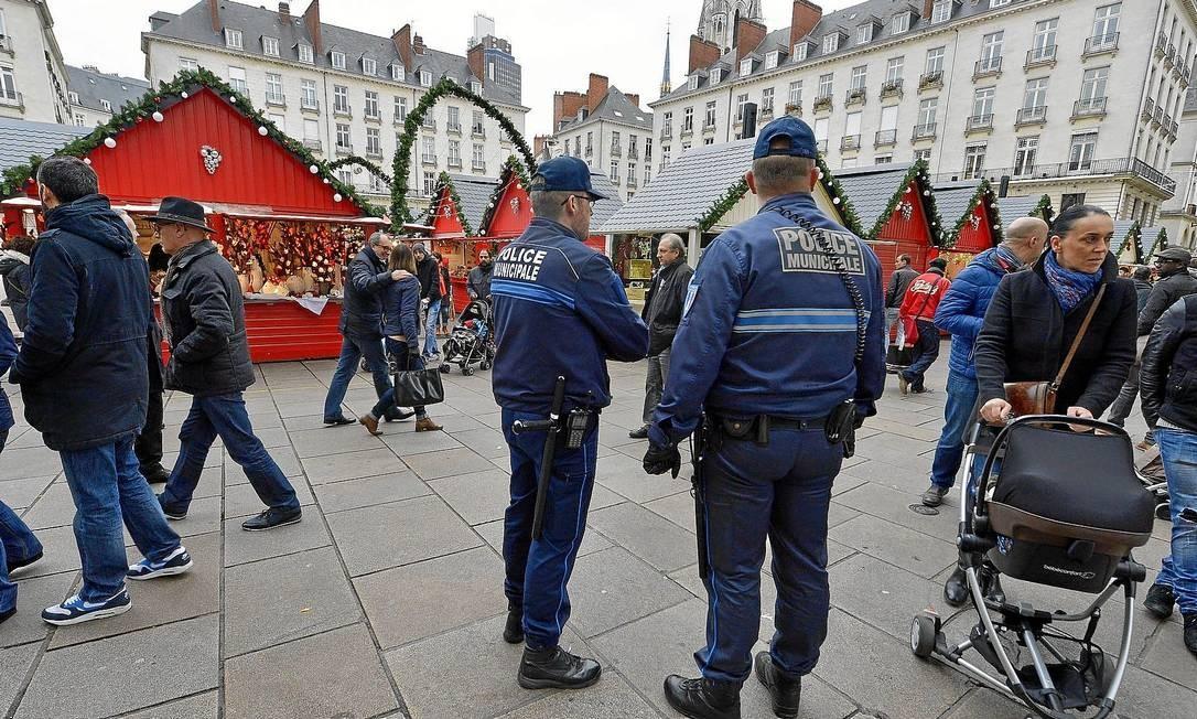 Em Nantes, policiais municipais patrulham o mercado de Natal, em uma praça no Centro, um dia após homem atropelar dez pessoas: um jovem morreu Foto: GEORGES GOBET/AFP