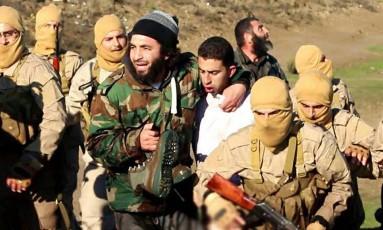 Imagem divulgada pelo Estado Islâmico mostra um homem que seria o piloto jordaniano capturado Foto: - / AFP