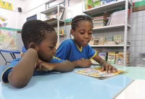 Os haitianos Joseph Mathias e Rosalina Medeiros vieram ao Brasil reencontrar os pais: a menina foi o destaque da turma na Avaliação do Desempenho Escolar Foto: Natalia Lucas