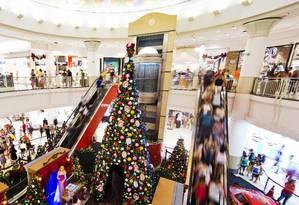 Movimento de compras de última hora no NorteShopping Foto: Guito Moreto / Agência O Globo