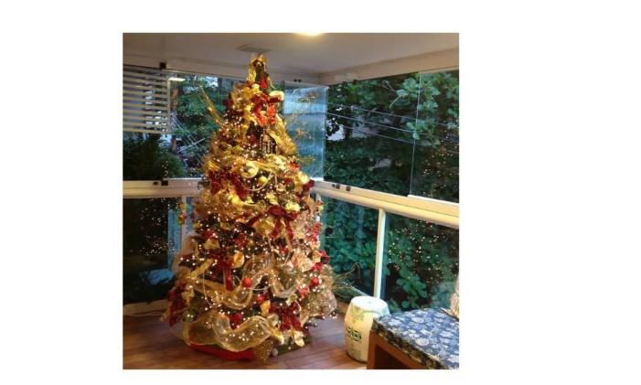 A árvore de Natal. Grande, dourada e com muitos enfeites é um dos destaques desta decoração Foto: Acervo pessoal