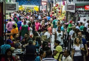 Faltando pouco para a noite de Natal, uma multidão tomou conta da Rua 25 de março, região central de São Paulo, à procura dos últimos presentes Foto: Terceiro / Agência O Globo