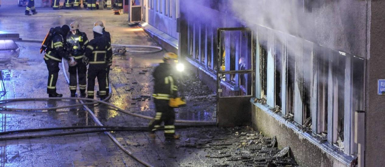 Bombeiros combatem chamas na mesquita em Eskilstuna, na Suécia. Ataque acontece em momento em que partidos se dividem a respeito da política de imigração Foto: TT NEWS AGENCY / REUTERS