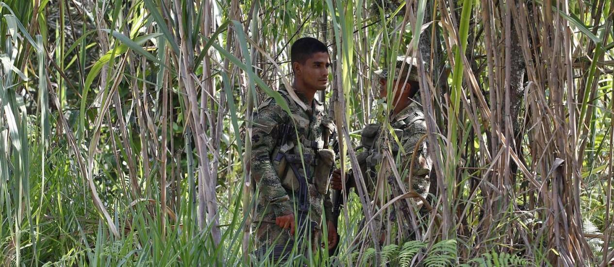 Soldado colombiano faz guarda no local onde cinco soldados foram mortos pelas Farc em Cauca Foto: JAIME SALDARRIAGA / REUTERS