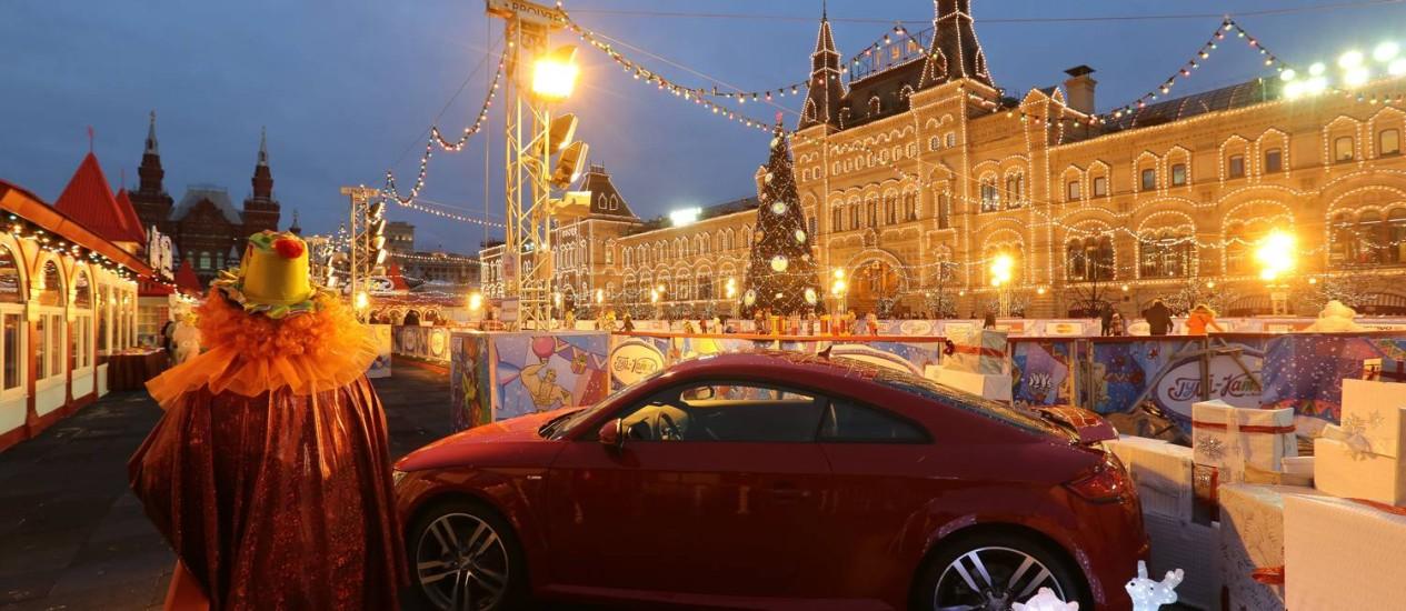 Preços em alta. Audi em exibição na Praça Vermelha. Com a queda do rublo, consumidores compram carros e móveis para tentar preservar suas economias Foto: Andrey Rudakov/Bloomberg/22-12-2014