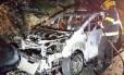 Carro da família Shapira, destruído após ataque com bomba de fabricação caseira. Ayala Shapira, de 11 anos, sofreu queimaduras de terceiro grau em mais da metade do corpo