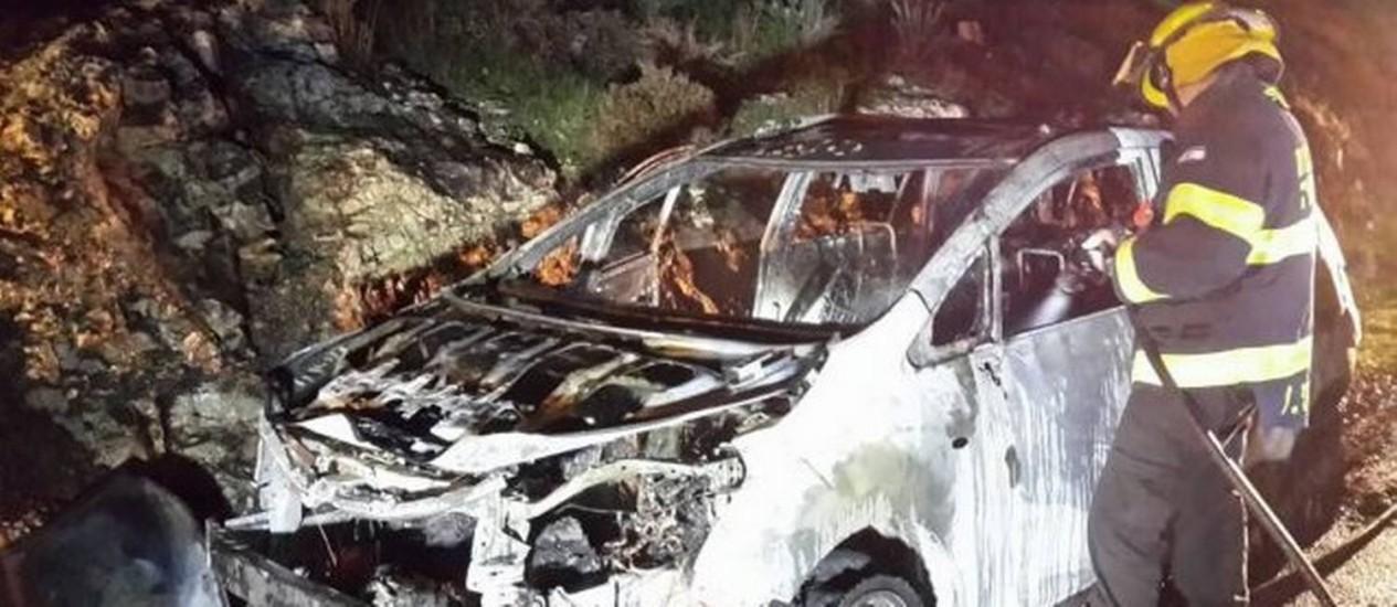 Carro da família Shapira, destruído após ataque com bomba de fabricação caseira. Ayala Shapira, de 11 anos, sofreu queimaduras de terceiro grau em mais da metade do corpo Foto: Shomron Regional Council