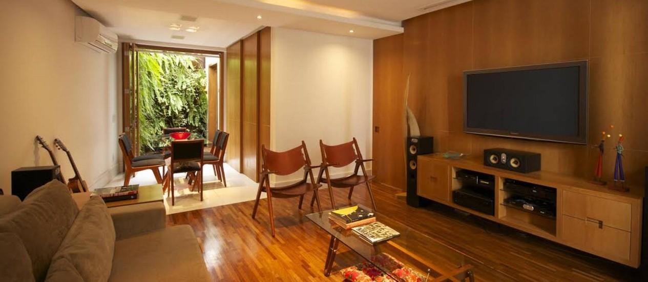 Organização e distância segura para que o home theater seja agradável no projeto de Rodrigo Barbosa Foto: Divulgação