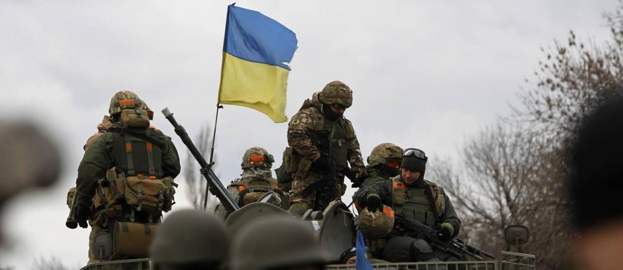 Tropas do Exército ucraniano durante operação em Debaltseve, na região de Donetsk. Negociações de paz em Minsk foram canceladas nesta sexta-feira Foto: Sergei Chuzavkov / AP