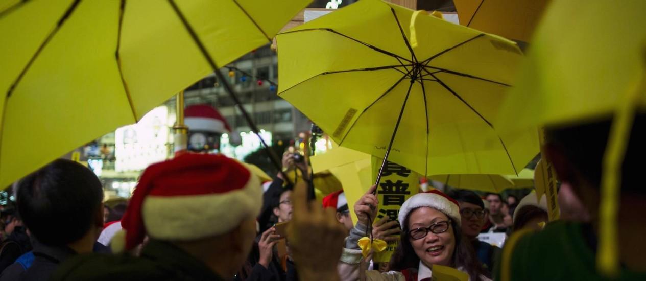 Símbolos dos protestos pela democracia, meses atrás, os guarda-chuvas amarelos voltaram a aparecer nas ruas do distrito de Mong Kok, em Hong Kong. 37 pessoas foram presas após conflitos na ex-colônia britânica Foto: TYRONE SIU / REUTERS