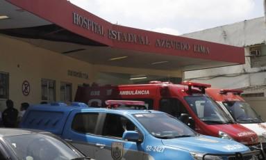 Carro da PM no Hospital Azevedo Lima, em Niterói, para onde um PM da UPP do Alemão foi levado após ser baleado na Avenida do Contorno Foto: Jorge Casagrande / Extra
