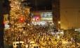 Multidão toma a Rua Siqueira Campos em direção a estação do metrô as 2h do dia 1º de janeiro de 2013