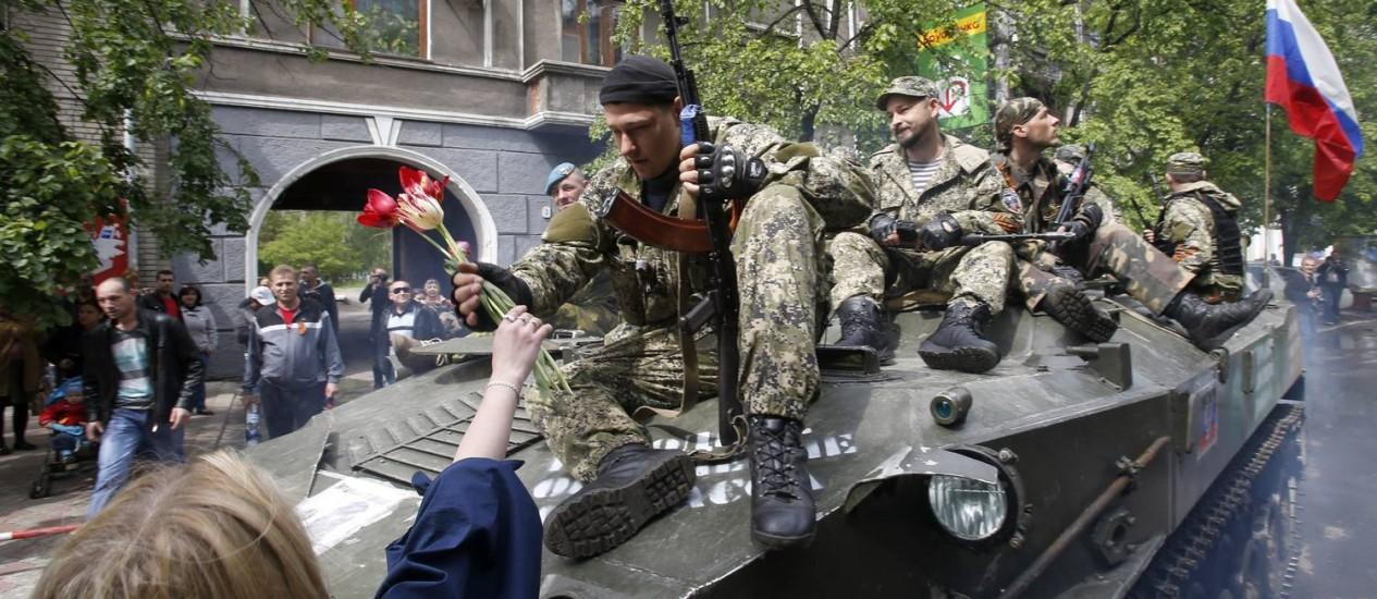 Separatistas pró-Rússia durante as celebrações do Dia da Vitória, em Slovyansk, em maio. Rebeldes e governo ucraniano trocarão prisioneiros Foto: Darko Vojinovic / AP