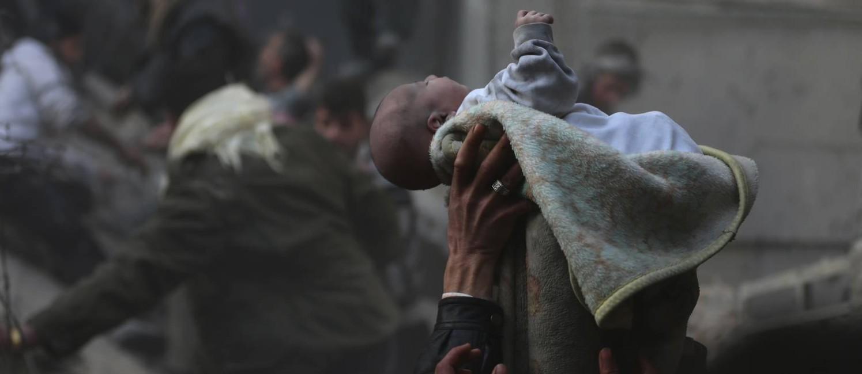 Um bebê é retirado dos escombros de casa atingida por ataque aéreo das forças leais ao presidente da Síria, Bashar al-Assad, à cidade de Duma Foto: BASSAM KHABIEH / REUTERS