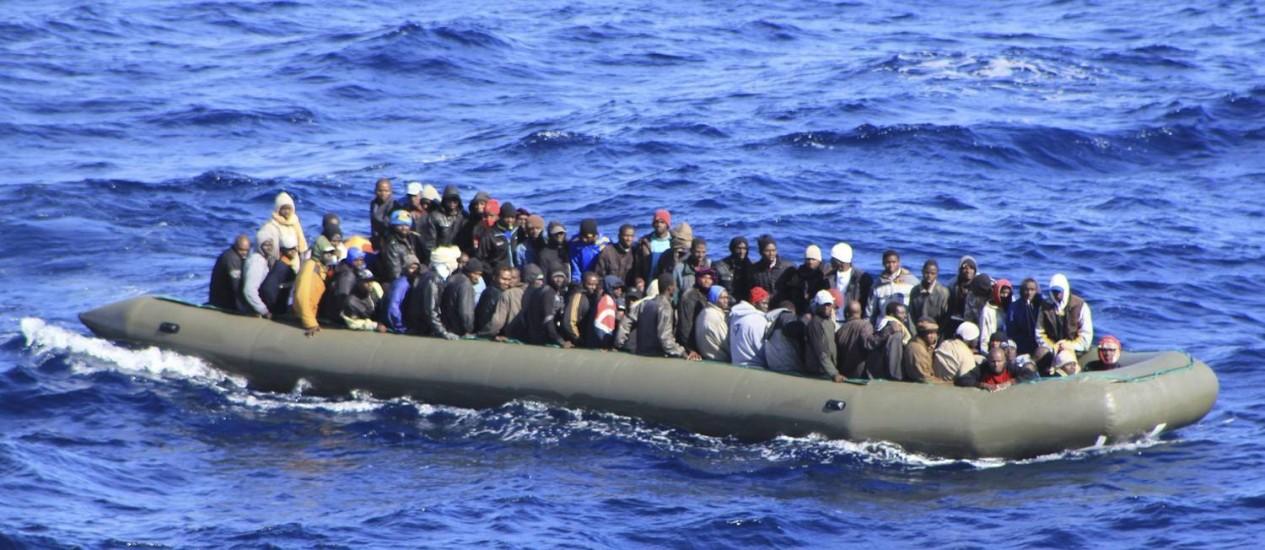 Imigrantes em um barco ao sul da Sicília Foto: Reuters/5-2-2014