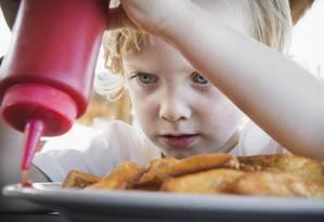 Consumo rápido. Alimentação ruim leva a ganho de peso, problemas de saúde e teria consequências no aprendizado das crianças Foto: Bernd Vogel/ Latinstock / Latinstock