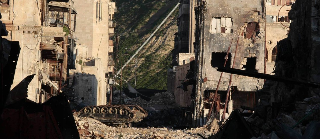 Rua destruída em Aleppo, após quase três anos de guerra na Síria Foto: STRINGER / REUTERS